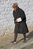 Peregrino en el templo de Jampey Lhakhang, Chhoekhor, Bhután Fotos de archivo libres de regalías