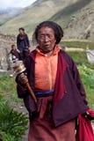 Peregrino tibetano con la rueda de rezo, Nepal Imagen de archivo libre de regalías