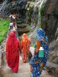 Peregrinos em Ajanta: templos budistas velhos surpreendentes Imagens de Stock Royalty Free