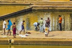 Peregrinos em um Ghat de banho no lago santamente Pushkar Imagem de Stock