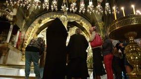 Peregrinos en el altar de Golgotha de la crucifixión en la iglesia de la resurrección en Jerusalén, Israel metrajes