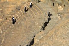 Peregrinos en el anfiteatro romano Bosra - Siria imágenes de archivo libres de regalías