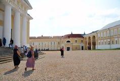 Peregrinos en el patio del monasterio Foto de archivo libre de regalías