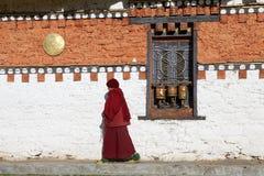 Peregrinos en el templo de Jampey Lhakhang, Chhoekhor, Bhután Foto de archivo libre de regalías