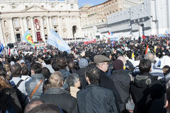 Peregrinos en la masa de papa Francisco Imágenes de archivo libres de regalías