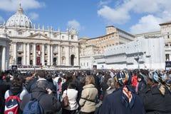 Peregrinos en la masa de papa Francisco Foto de archivo