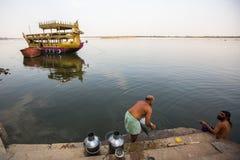 Peregrinos en los bancos del río santo de Ganga Varanasi es uno de los sitios más importantes del peregrinaje de la India Imagen de archivo