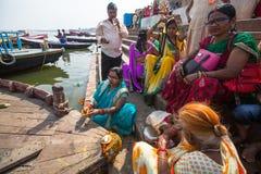 Peregrinos en los bancos del río santo de Ganga Varanasi es uno de los sitios más importantes del peregrinaje de la India Fotografía de archivo libre de regalías