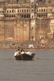 Peregrinos en un barco en Varanasi Imagen de archivo libre de regalías