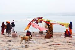 Peregrinos en Varanasi, la India Fotografía de archivo libre de regalías