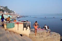 Peregrinos hindúes después de bañar en el Ganges sagrado Fotos de archivo