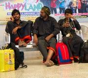 Peregrinos indianos no dhoti açafrão-preto, seguidores do culto hindu Ayyappa Fotos de Stock Royalty Free