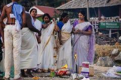 Peregrinos indios en la playa de Papanasam Imagen de archivo