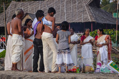 Peregrinos indios en la playa de Papanasam Fotos de archivo