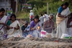Peregrinos indios en la playa de Papanasam Foto de archivo
