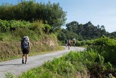 Peregrinos jovenes en el Camino de Santiago, España fotos de archivo