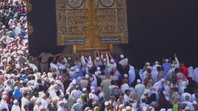 Peregrinos muçulmanos que penduram na porta de Kaaba em Masjidil Haram em Makkah, Arábia Saudita vídeos de arquivo