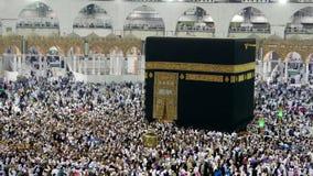 Peregrinos musulmanes circumambulating el contador de Kaabah a la derecha metrajes