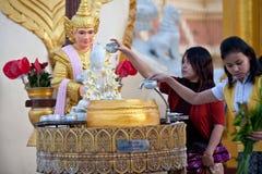 Peregrinos no Shwedagon Paya, Myanmar Foto de Stock