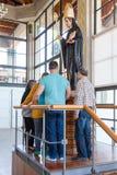 Peregrinos que adoram a estátua do St Benedict na cripta Imagens de Stock