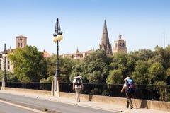Peregrinos que andam ao longo de Camino de Santiago em Logrono Fotografia de Stock Royalty Free