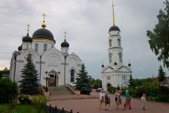 Peregrinos que andam no pátio do convento, a skyline do ` s da cidade Imagem de Stock