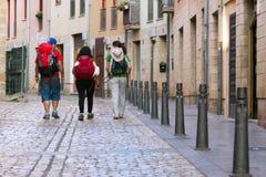 Peregrinos que caminan a lo largo de la manera de San Jaime (Camino de Santiago) Foto de archivo