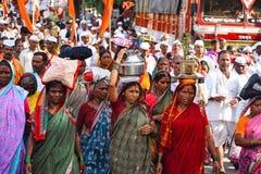 Peregrinos que caminan, yatra 2017, Pune, maharashtra del wari de Pandharpur Imagen de archivo libre de regalías