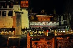 Peregrinos que esperan fuera de Jokhang Fotos de archivo