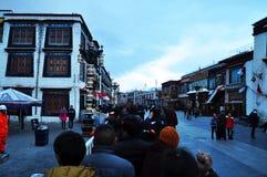 Peregrinos que esperan fuera de Jokhang Fotografía de archivo libre de regalías