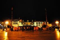 Peregrinos que esperan fuera de la medianoche de Jokhang Imagen de archivo libre de regalías