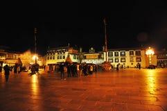 Peregrinos que esperan fuera de la medianoche de Jokhang Fotos de archivo libres de regalías