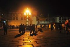Peregrinos que esperan fuera de la medianoche de Jokhang Imagen de archivo