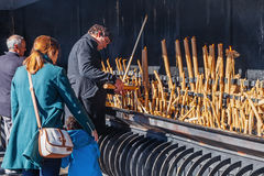 Peregrinos que queimam velas votivas como a realização dos votos feitos a nossa senhora Fotos de Stock Royalty Free