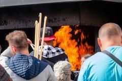 Peregrinos que queman velas votivas como cumplimiento de los votos hechos a O fotografía de archivo libre de regalías