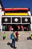 Peregrinos que visitan el monasterio de Drepung Imágenes de archivo libres de regalías