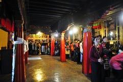 Peregrinos que visitan el monasterio de Drepung Foto de archivo