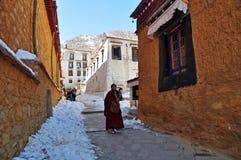 Peregrinos que visitan el monasterio de Drepung Imagenes de archivo