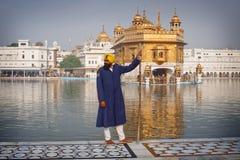 Peregrinos sikh en el Templ de oro Imágenes de archivo libres de regalías