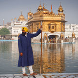 Peregrinos sikh no Templ dourado Fotografia de Stock