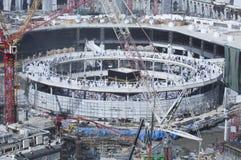 Peregrinos Tawaf alrededor del al-Kaaba mientras que las construcciones son Goin imagen de archivo