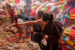Peregrinos tibetanos en Yubeng Fotos de archivo
