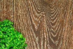 Perejil en un fondo de madera Imagenes de archivo