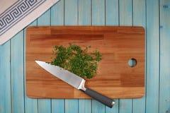 Perejil en un tablero de madera para cortar verduras fotos de archivo