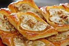 Peren in bladerdeeg met de kaas en de okkernoten die van gorgonzola worden gebakken Royalty-vrije Stock Fotografie