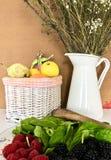 Peren, citroenen, sinaasappelen en frambozen royalty-vrije stock afbeelding