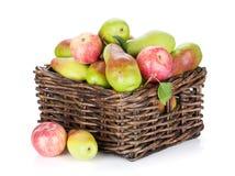 Peren en appelen in mand Stock Foto
