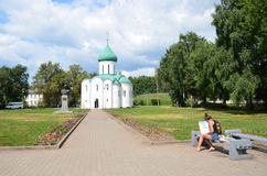 Pereslavl-Zalessky,俄罗斯, 2013年7月, 13日 年轻人艺术家在Pereslavl-Zale绘Spaso-Preobrazhensky大教堂(12个世纪) 免版税库存照片