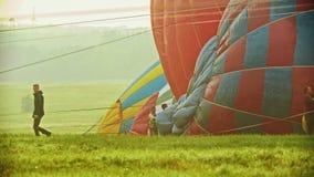 18-07-2019 pereslavl-Zalessky, Ρωσία: άτομα που προετοιμάζουν τα τεράστια μπαλόνια αέρα για να πετάξει και να λειάνει έξω το ύφασ φιλμ μικρού μήκους