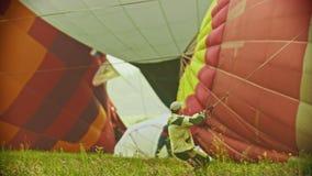 18-07-2019 pereslavl-Zalessky, Ρωσία: ένα άτομο που κρατά το τεράστιο μπαλόνι αέρα από το σχοινί και που προσπαθεί να το τραβήξει απόθεμα βίντεο